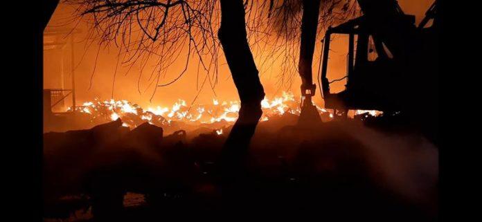 Pompierii se chinuie de 13 ore să stingă incendiul masiv de la un depozit de materiale reciclabile