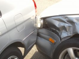 Maşini lovite în parcare de un şofer băut