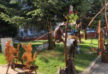 Un meșter de la Târgul meșterilor populari cioplește sculpturi cu securea