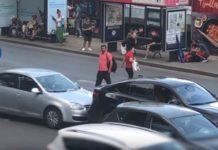 VIDEO Haos într-o parcare din București. Un șofer și-a făcut loc să iasă împingând mașina