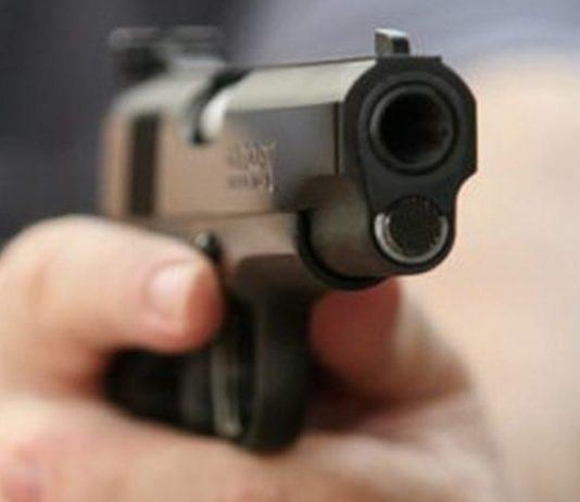 Doi tineri au ameninţat cu un pistol şi un cuţit un bărbat