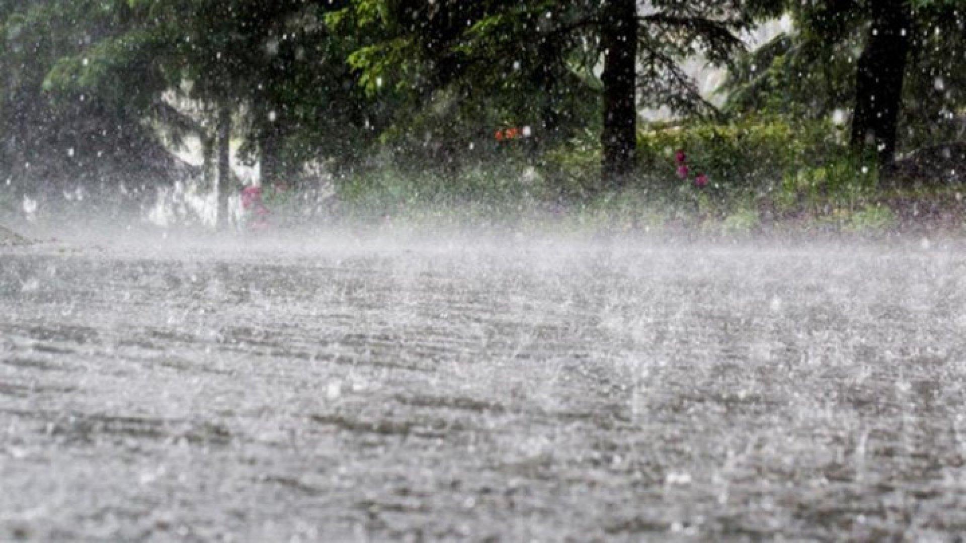 Ploi torențiale și vijelii, azi, în jumătate de țară. În sud și ...