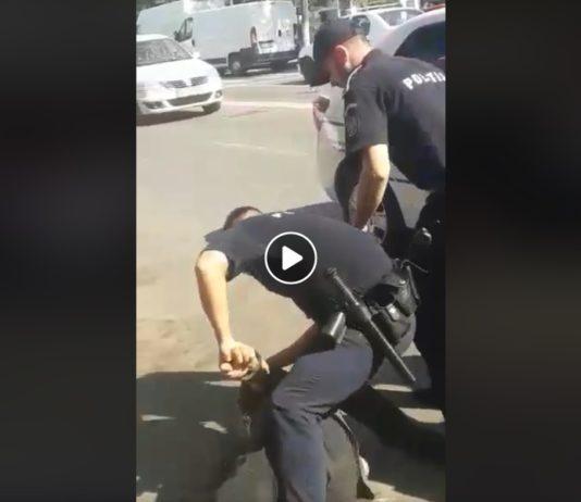 O înregistrare video cu polițiști care încătuşează doi bărbați , virală pe Facebook