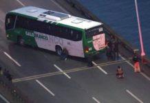 Un bărbat înarmat care a luat 31 de ostatici într-un autobuz în Rio de Janeiro a fost împușcat de poliție