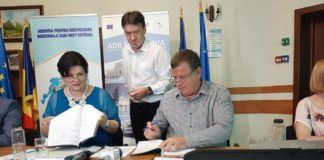Contractul de finanţare pentru Parcul Ştirbei Vodă din Râmnicu Vâlcea a fost semnat de către directorul general al Agenţiei de Dezvoltare Regională Sud-Vest Oltenia, Marilena Bogheanu, şi primarul Mircia Gutău