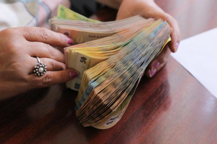 Sute de mii de români îşi pot cer banii înapoi de la Fisc (Foto arhiva GdS)