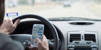 Guvernul va introduce AMENDĂ pentru cei care mai îndrăznesc să facă LIVE-uri pe Facebook de la volan