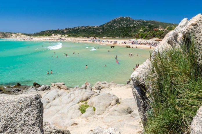 Un cuplu riscă 6 ani de închisoare, după ce a furat nisip de pe o plajă din Italia