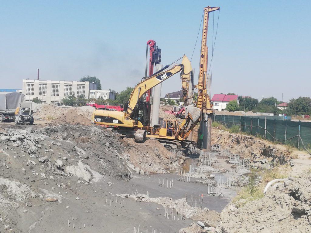 La stadionul de atletism au fost îngropaţi deja 200 de piloţi de beton