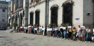Profesorii şi elevii de la Colegiul Odobleja, protest în faţa Primăriei Craiova
