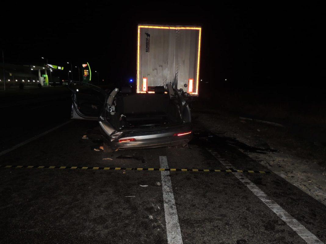 Doi adulţi şi doi copii şi-au pierdut viaţa în urma impactului violent între un Audi şi un tir staţionat.