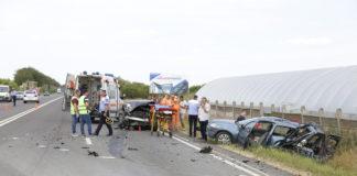 În urma impactului, Dacia Logan a fost proiectată în afara şoselei.