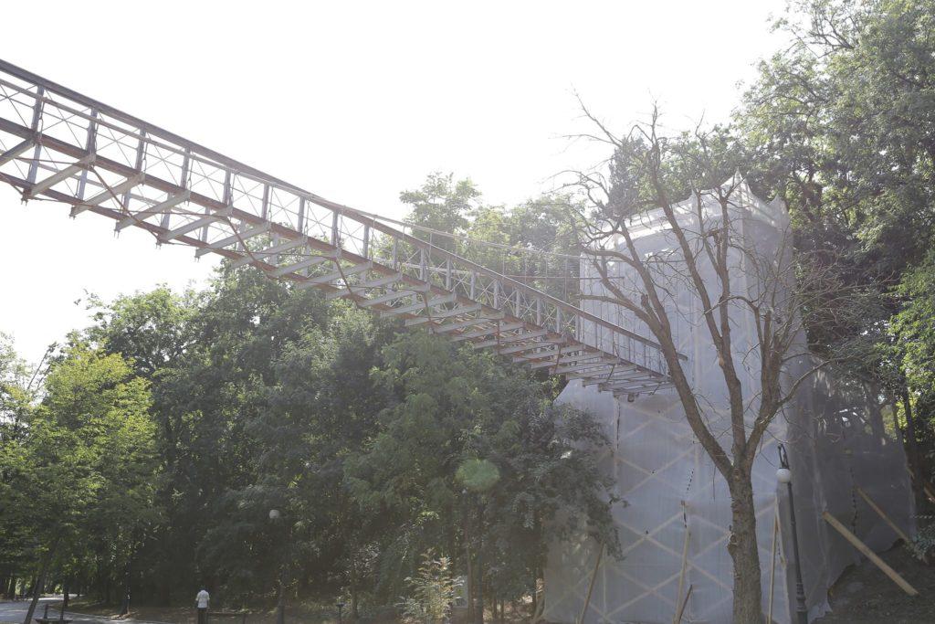 """Se lucrează la Podul suspendat din Parcul """"Romanescu"""""""