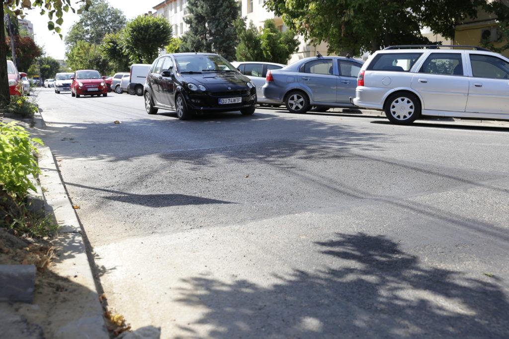 Asfalt lăsat pe strada Ştefan cel Mare, după repararea unei avarii