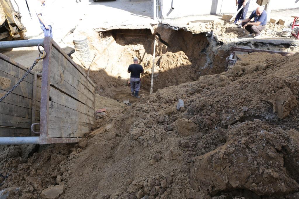 CAO lucrează de două zile la o avarie de proporţii produsă pe strada Mihai Eminescu