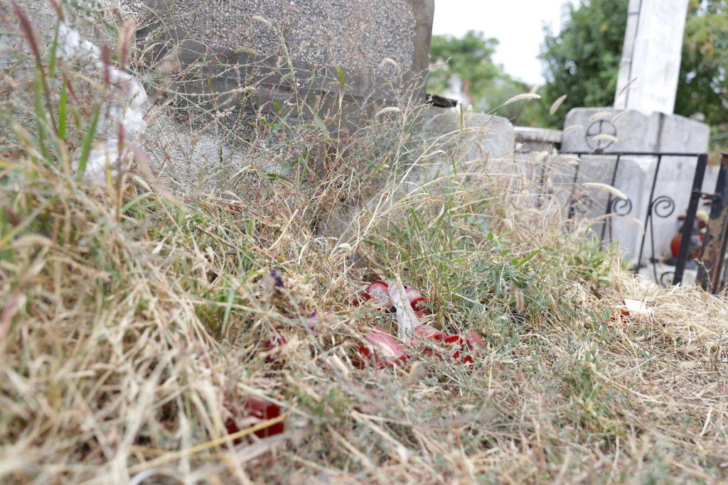 Candelele lăsate aprinse la morminte pot provoca incendii/foto: Claudiu Tudor