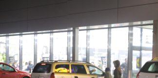 Copii care cerşesc pot fi întâlniţi şi în parcarările supermarketurilor din Craiova.
