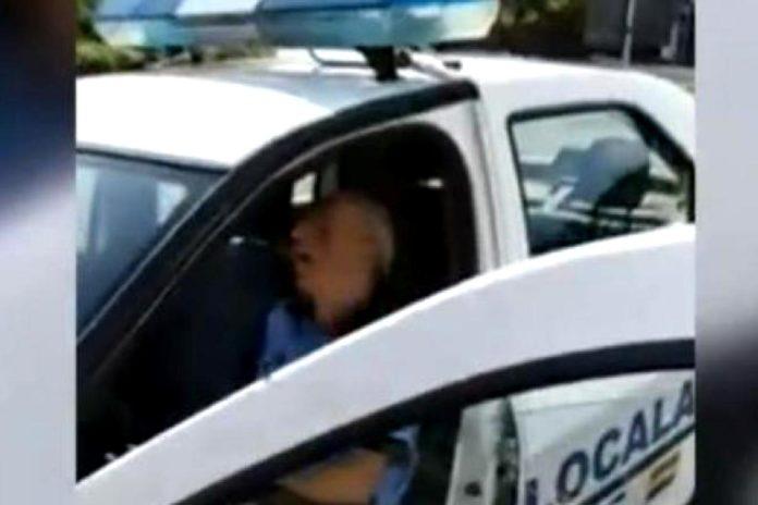 Poliţist, filmat în timp ce dormea în mașina instituției