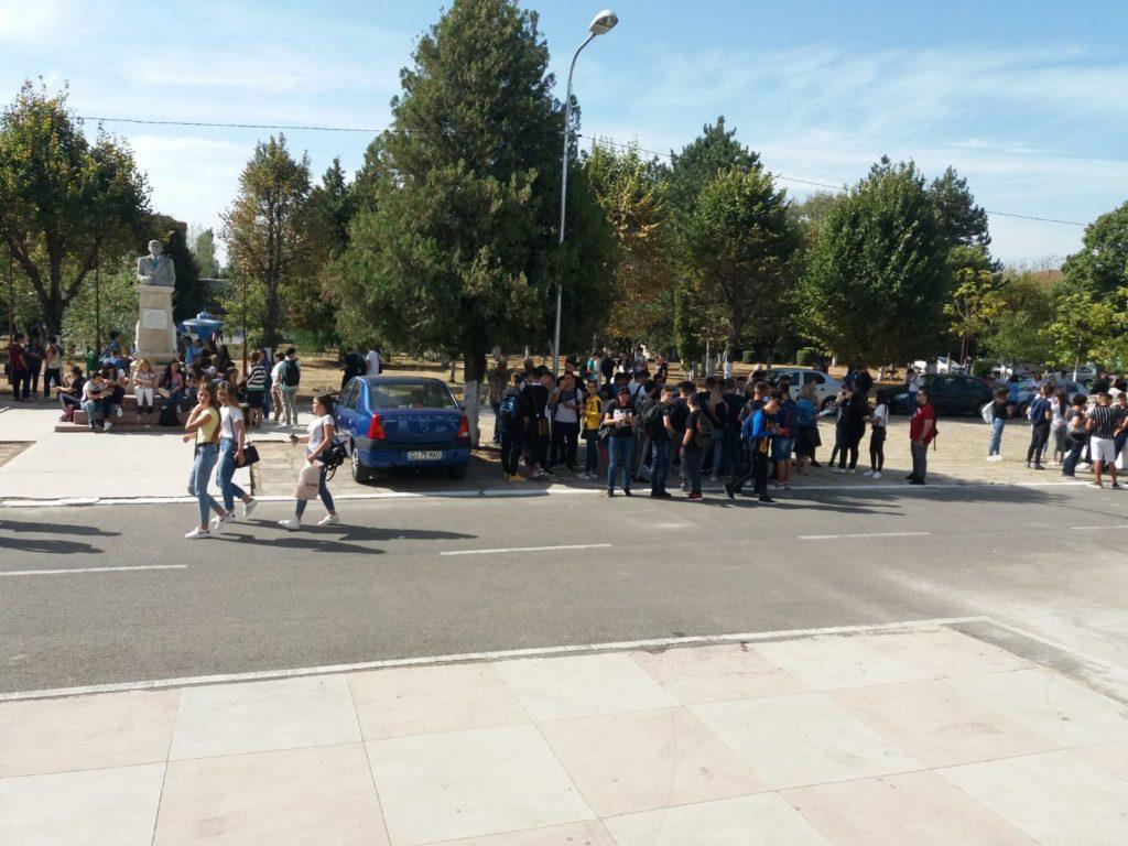 Elevii de la Odobleja din nou la proteste în curtea şcolii