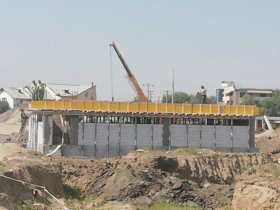 La stadionul de atletism se lucrează şi la clădirea unde vor fi vestiarele sportivilor