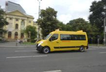 Bărbat filmat cu un topor în mână, într-un microbuz şcolar