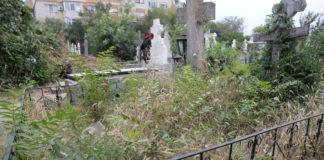 Buruienile de pe morminte şi candelele aprinse pot duce la incendii în cimitirele Craiovei