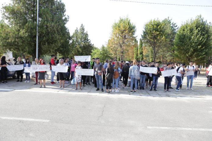 Elevii şi profesorii au protestat ieri în curtea unităţii şcolare că nu au săli de clasă. Soluţia găsită de ei a fost să rămână să facă şi orele în aer liber.