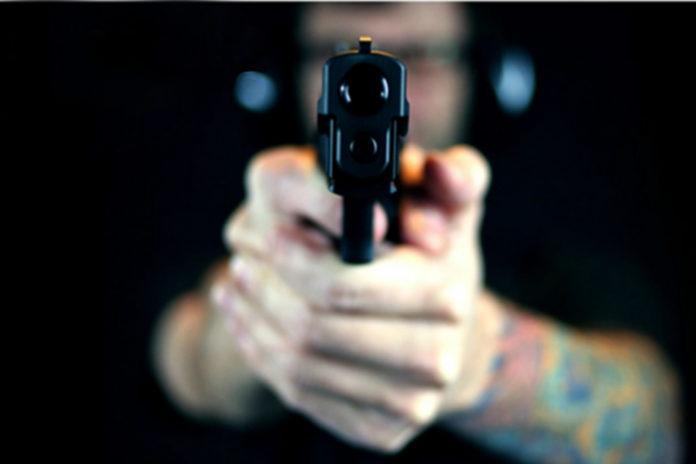 Un bărbat cu tulburare psihică, prins cu pistolul în bagaj