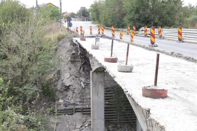 La podul de la Malu Mare s-a decopertat până la beton jumătate din partea carosabilă