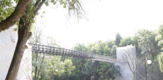 "Podul suspendat din Parcul ""Nicolae Romanescu"" va fi vopsit manual, cu pensula"