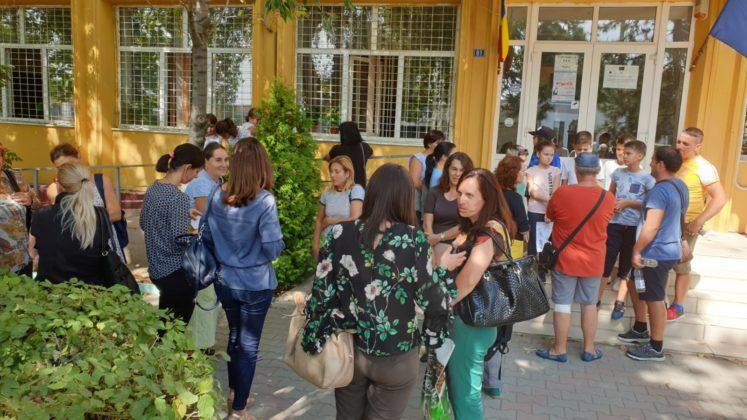 """La acestă oră, elevii Şcolii nr. 29 """"Nicolae Romanescu"""" protestă faţă de decizia ca unitatea de învăţământ să se unească cu Liceul Voltaire."""