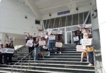 """Profesorii de la Colegiul """"Odobleja"""" au protestat şi ieri pe scările Inspectoratului Şcolar Judeţean Dolj"""