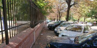 Autoturisme parcate pe trotuar
