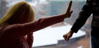 Bărbat, arestat preventiv după ce şi-a agresat concubina şi fiul