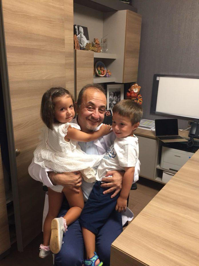 Profesorul Bağiș şi doi dintre copiii aduşi pe lume prin fertilizare in vitro