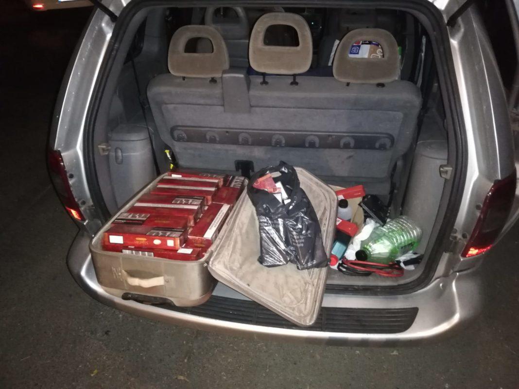 Țigări de contrabandă, depepitate într-o maşină