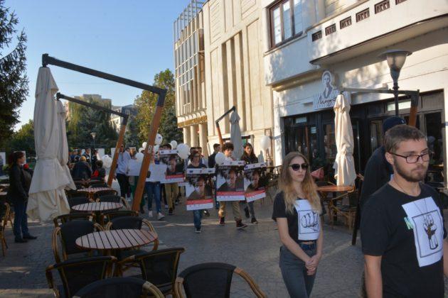 Sute de copii din Târgu Jiu au protestat pe străzile din municipiu și în centrul orașului împotriva traficului de persoane, pentru marcarea