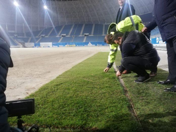 """La stadionul """"Ion Oblemenco"""" din Craiova ar mai fi de montat doar câteva rulouri de gazon hibrid"""
