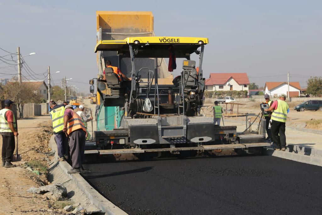 Pe strada Carpenului din Craiova a început turnarea asfaltului