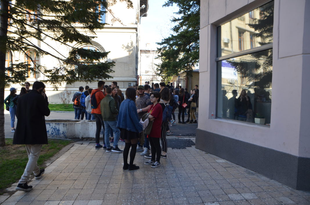 "Peste 1.600 de elevi din Dolj vor beneficia de bursa ""Bani de liceu"""
