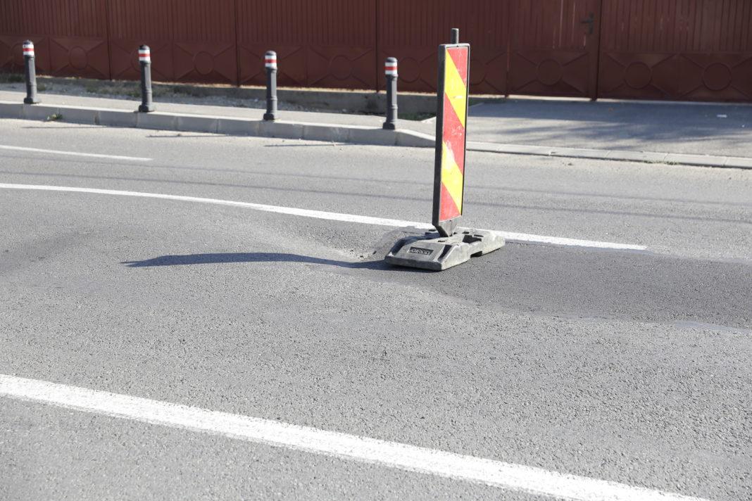 Asfaltul de pe strada Bariera Vâlcii continuă să se lase