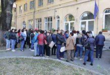 Mai multe cadre medicale din cadrul Spitalului Filantropia Craiova protestează în acastă dimineaţă, în fata unității medicale.
