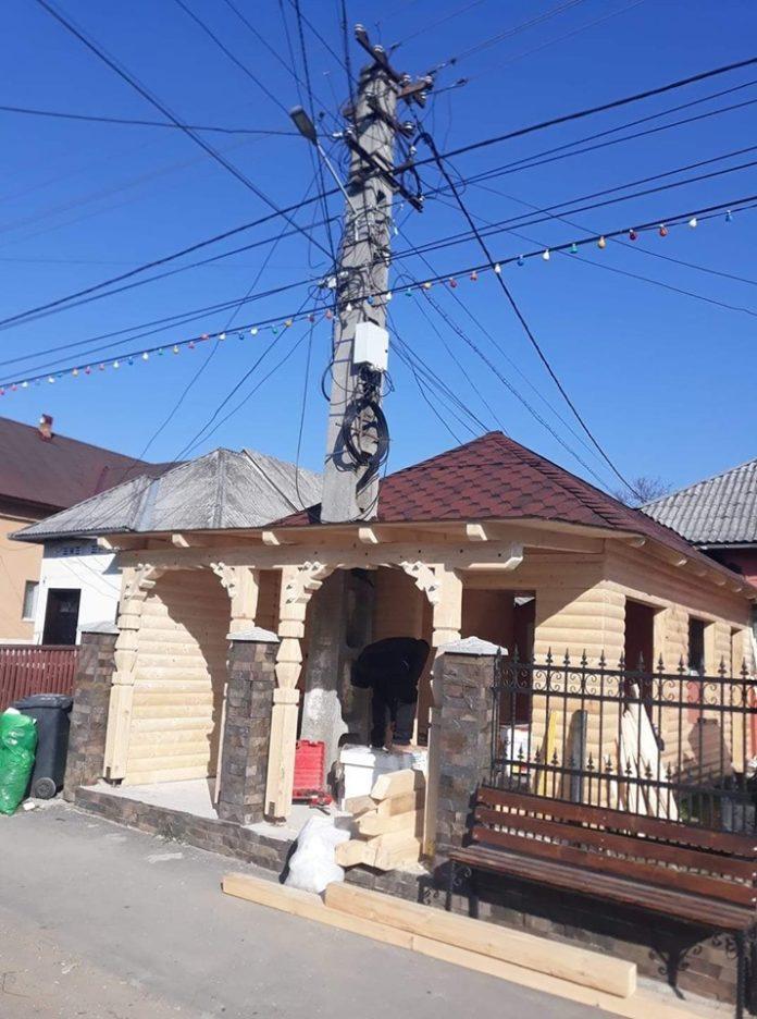 Un maramureșean și-a construit casa în jurul unui stâlp de electricitate