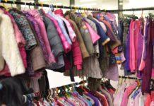 Zeci de produse de contrabandă, vândute în târgul de haine