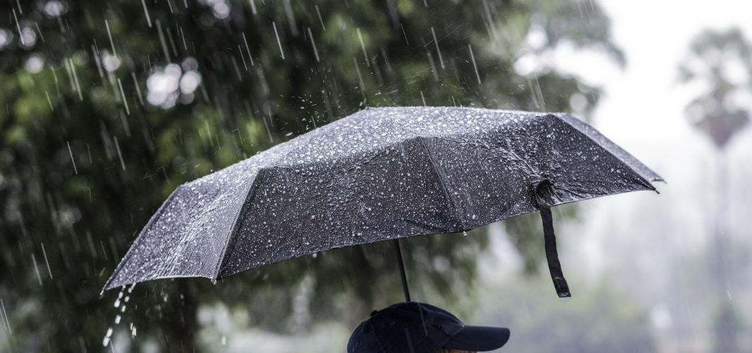 Ploi, grindină și descărcări electrice în aproape toată ţara