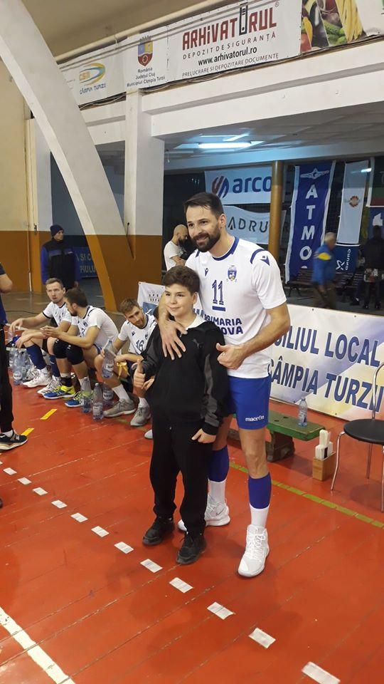 Laurențiu Lică și colegii săi au avut timp și de fani la Câmpia Turzii (Foto: scmcraiova.ro)