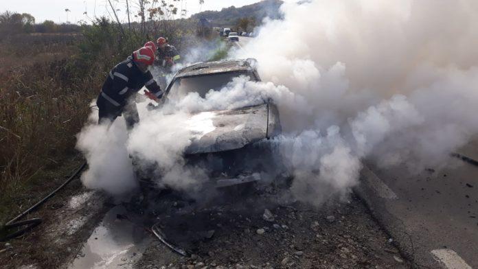 Trafic blocat, după ce o maşină a luat foc