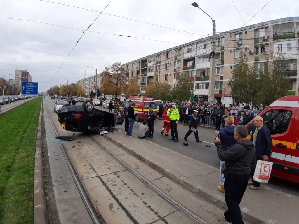 Trei persoane care aşteptau tramvaiul în staţie au fost rănite, ieri, de o maşină scăpată de sub control