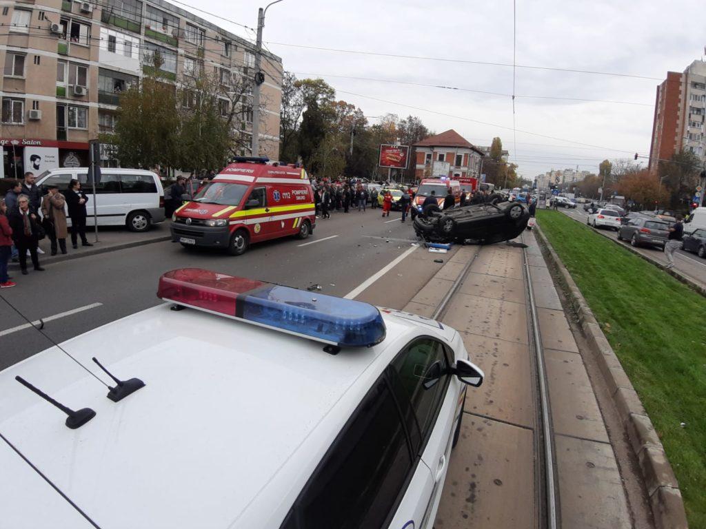 Răniţi de o maşină răsturnată în staţia de tramvai