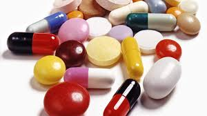 Milioane de români tratează anual răceala și durerile în gât cu antibiotic